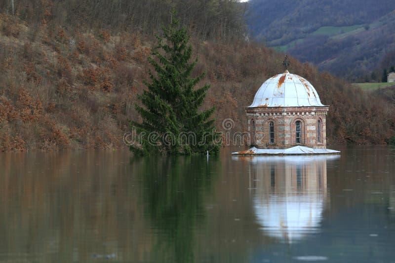 洪水修道院Valjevska Gracanica在湖 库存照片
