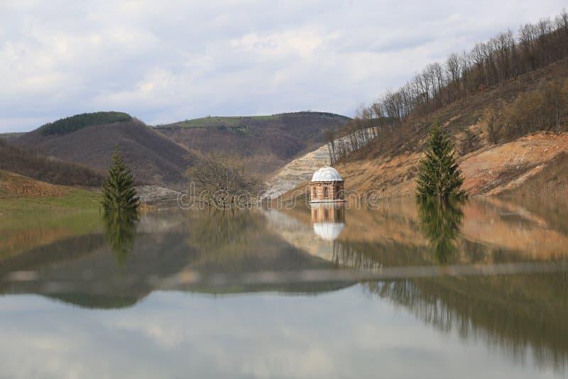 洪水修道院Valjevska Gracanica在湖 库存图片