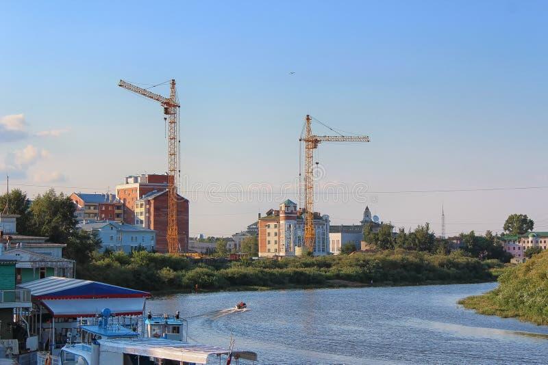 修建沃洛格达河的江边的一个新房 免版税库存照片