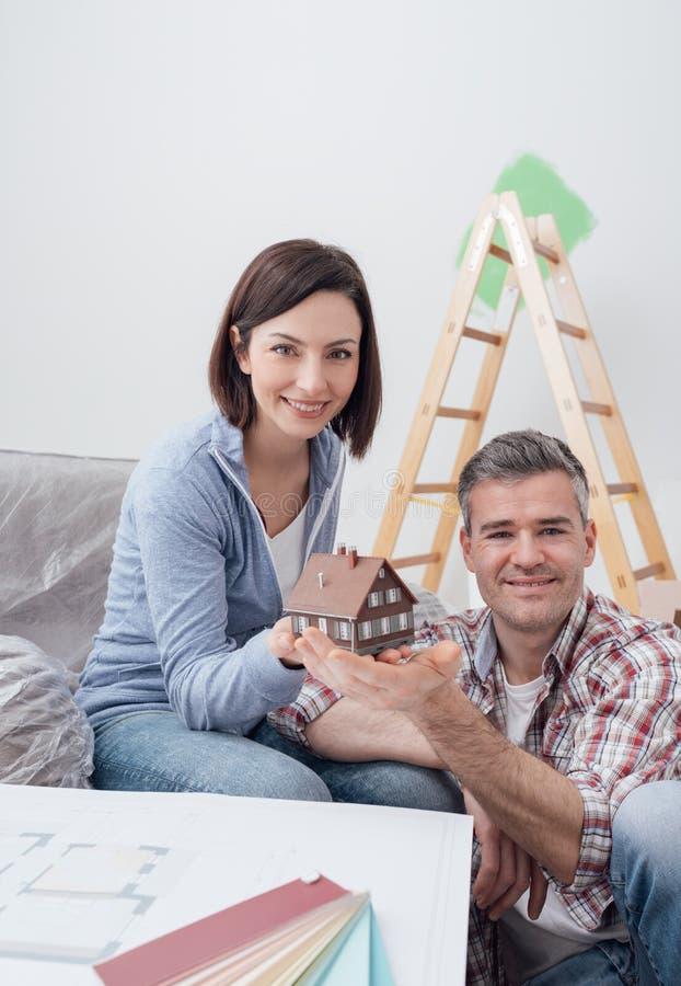 修建他们的梦之家的夫妇 库存图片