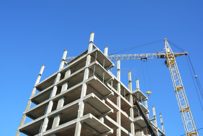 修建建造场所的起重机新房 房屋建设有益于经济增长 库存照片