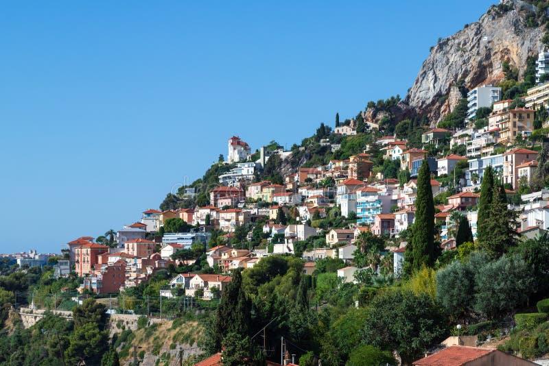 俯瞰Roquebrune-Cap-Martin和地中海的法式中世纪村庄,俯瞰着这座城堡 库存图片