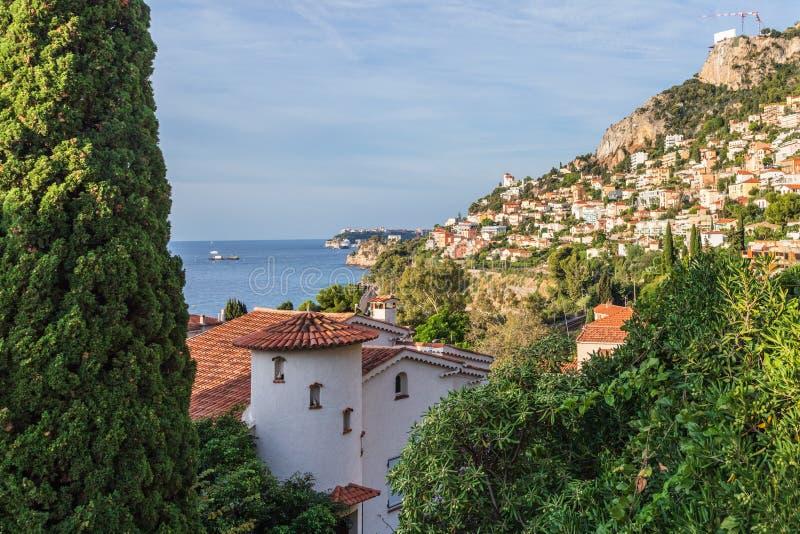 俯瞰Roquebrune-Cap-Martin和地中海的法式中世纪村庄,俯瞰着这座城堡 库存照片