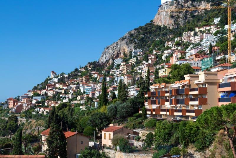 俯瞰Roquebrune-Cap-Martin和地中海的法式中世纪村庄,俯瞰着这座城堡 免版税库存照片