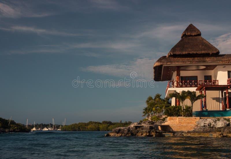 俯视加勒比海的海滨别墅 免版税库存照片