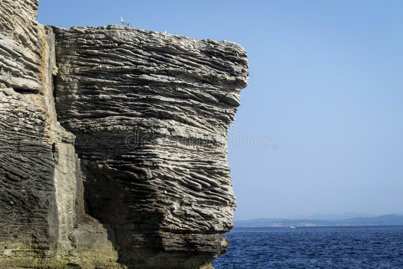 俯视可西嘉岛的Bonifacio港的举世闻名的白色岩石峭壁 免版税库存图片