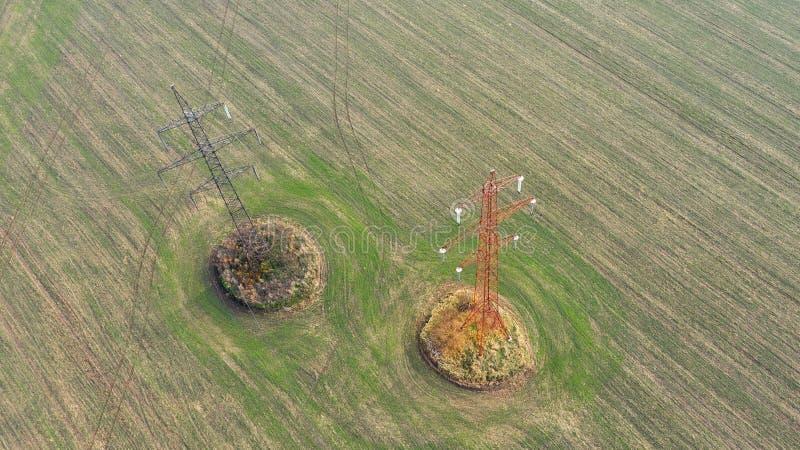 俯视图在秋天领域的输电线塔 免版税库存照片