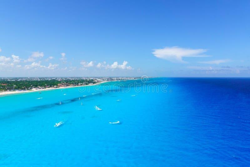 从俯视图坎昆` s的坎昆墨西哥靠岸与旅馆和绿松石加勒比海 库存图片