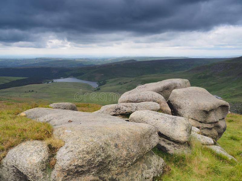 俯视在叶绿泥石途中的更加亲切的水库与黑暗的暴风云在头顶上,高峰区,英国 免版税库存图片