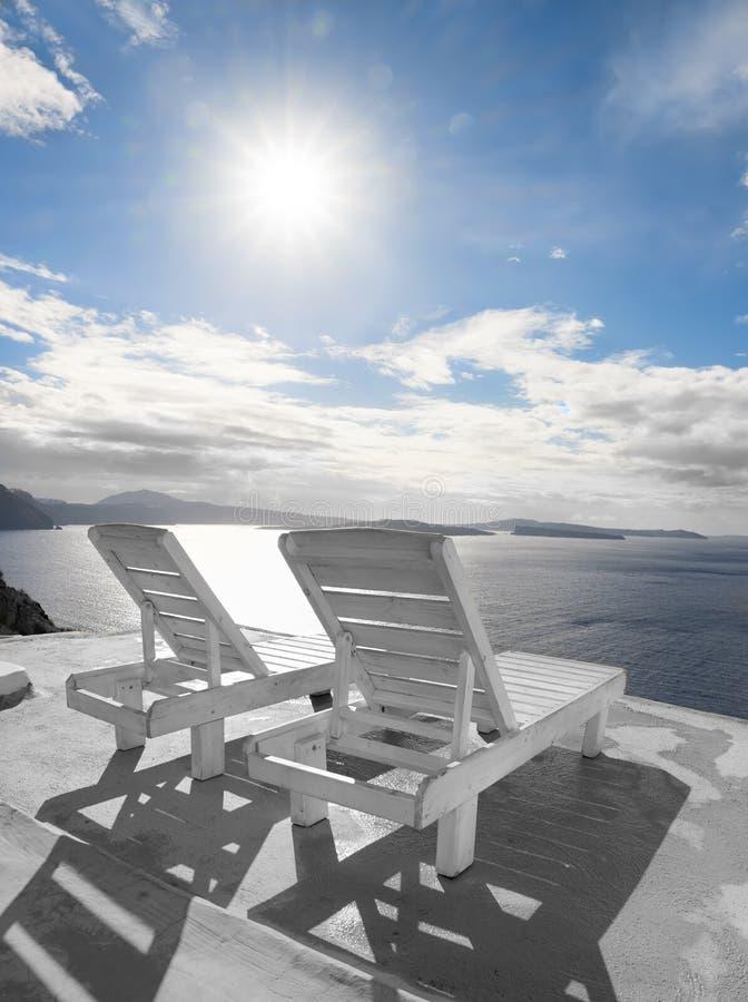 俯视在圣托里尼海岛上的海滩睡椅破火山口 库存照片