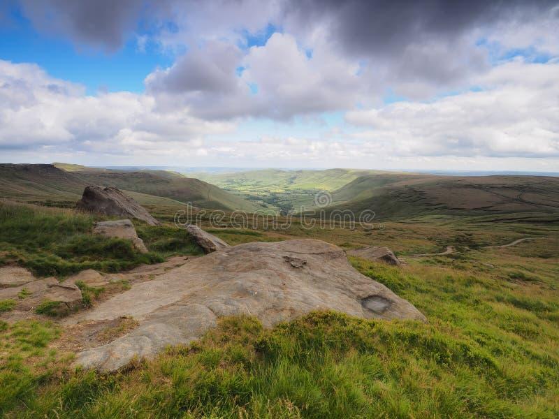 俯视在更加亲切的高原的Edale谷在叶绿泥石途中,高峰区,英国 库存图片
