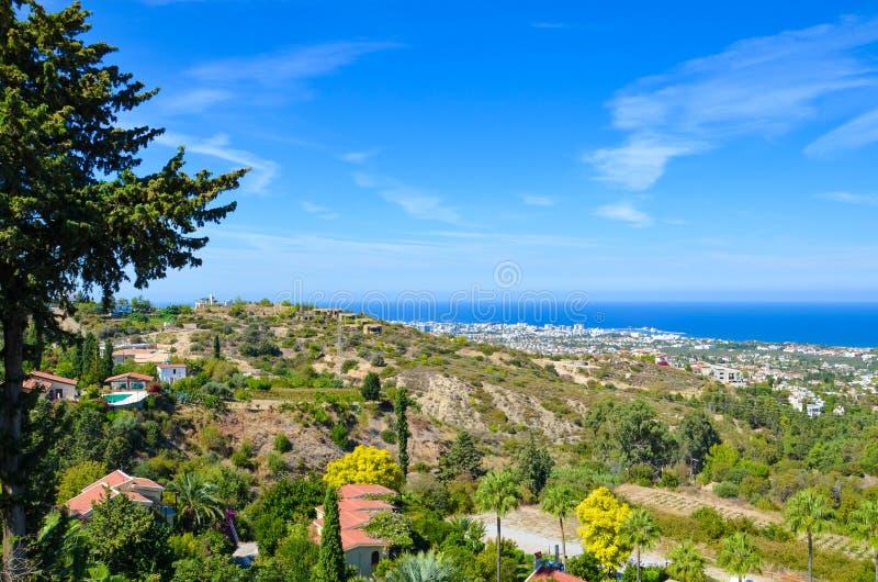 俯视地中海的凯里尼亚地区令人惊讶的风景在夏天末期被采取的土耳其北赛普勒斯土耳其共和国 免版税库存照片
