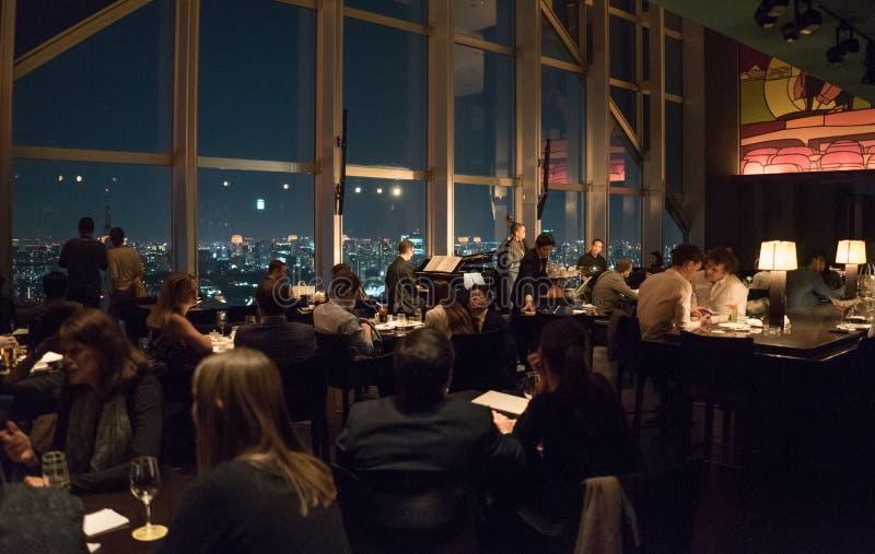 俯视大城市的酒吧 免版税库存图片