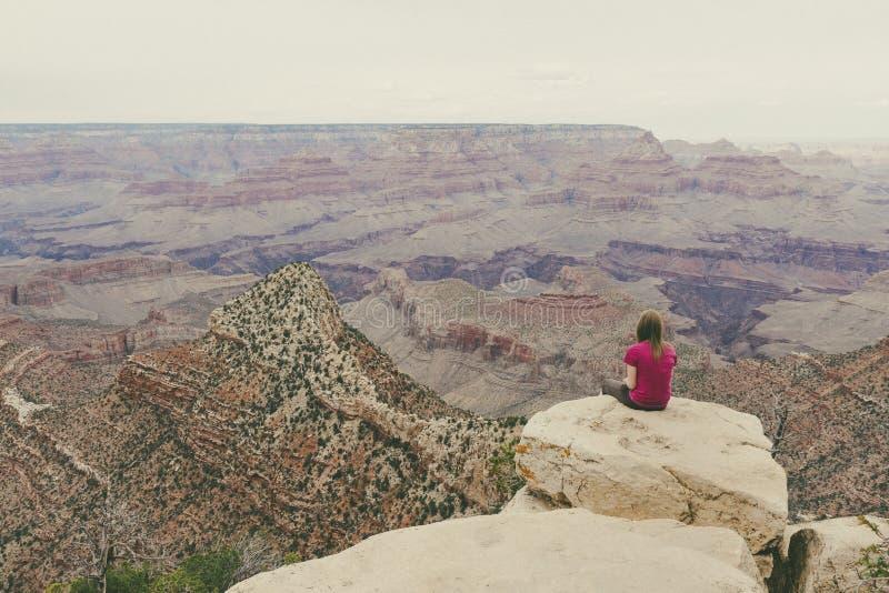 俯视大峡谷的妇女 免版税图库摄影
