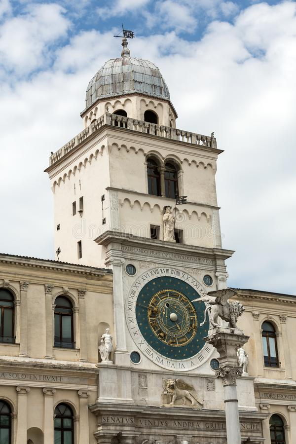 俯视广场dei绅士的钟楼大厦中世纪起源在帕多瓦 免版税库存图片