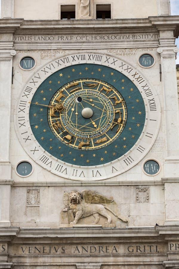 俯视广场dei绅士的钟楼大厦中世纪起源在帕多瓦, 免版税图库摄影