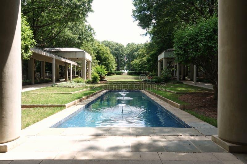 俯视庭院的吉米・卡特总统图书馆 免版税库存照片