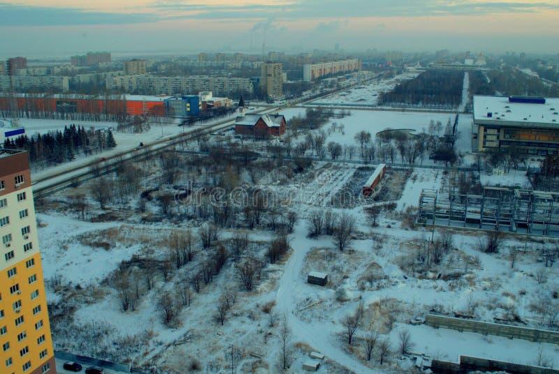 俯视我们的法蒂玛罗马天主教堂和革命街道的夫人的教区冬天城市的全景 免版税库存照片