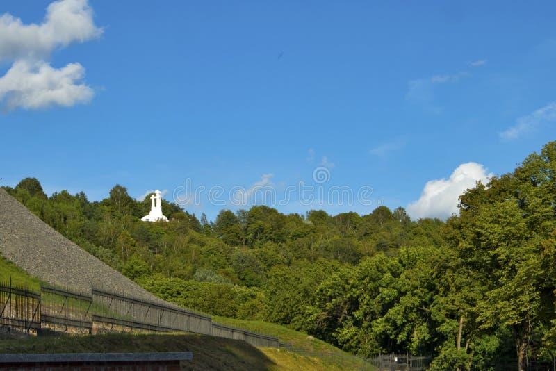 俯视日落的三个十字架纪念碑维尔纽斯奥尔德敦 从三个十字架小山的维尔纽斯风景,被找出  免版税库存图片