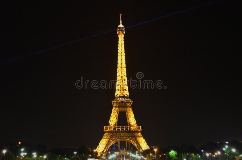 俯视有启发性埃菲尔铁塔的浪漫晚上 免版税库存照片
