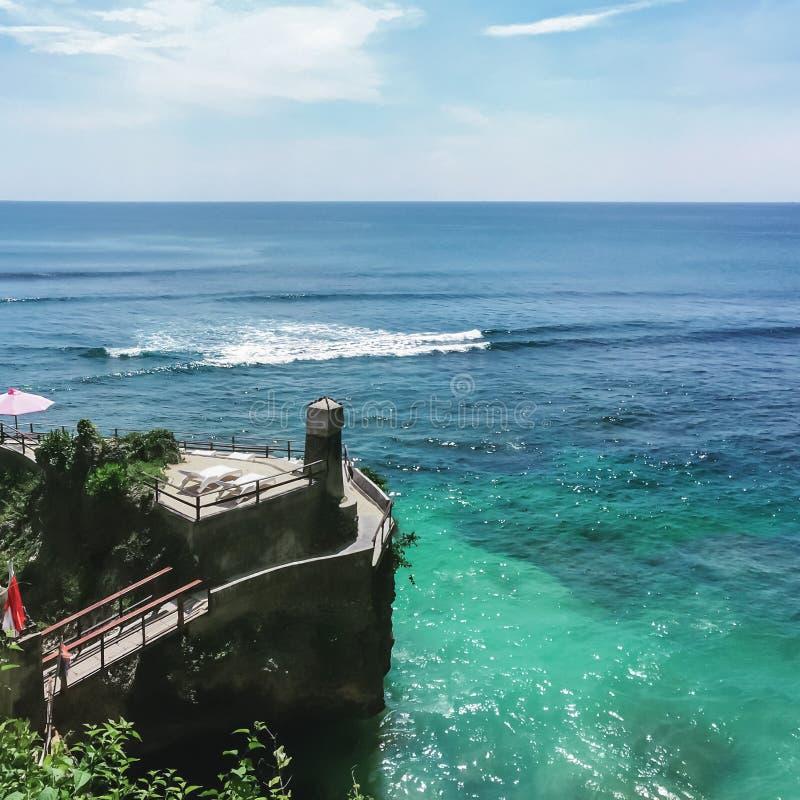 俯视海洋的巴厘岛` s壮观的散步 免版税库存照片