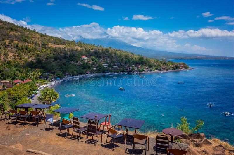 俯视海滩和山 免版税库存照片