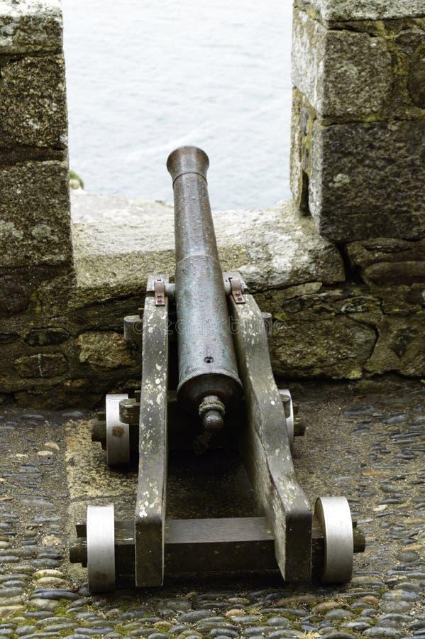 俯视海的大炮在圣Michaels登上在康沃尔郡 免版税库存图片
