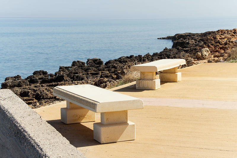 俯视海的石长凳 库存照片