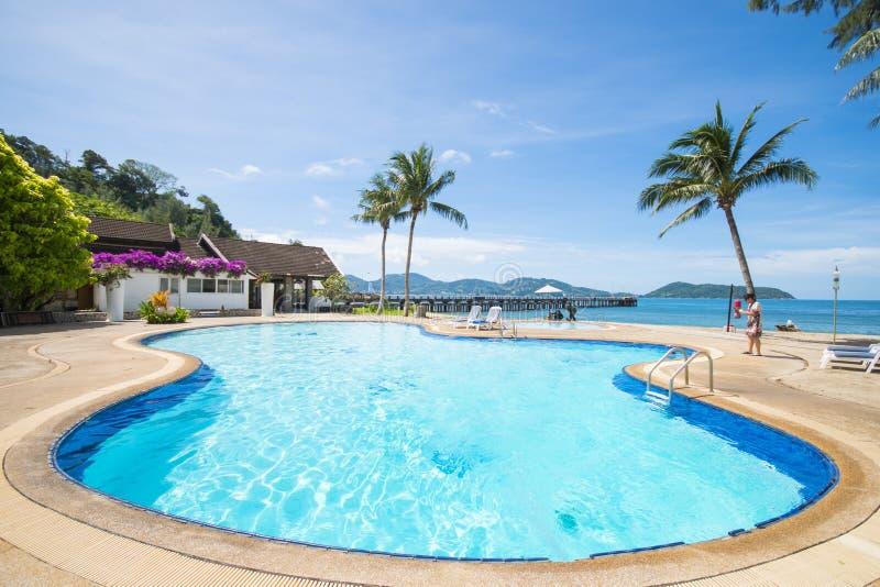 俯视海的美丽的游泳池 免版税库存照片