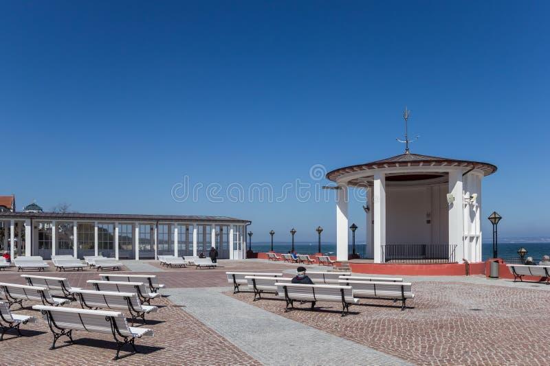 俯视海的长凳在吕根岛海岛上的宾茨 库存照片