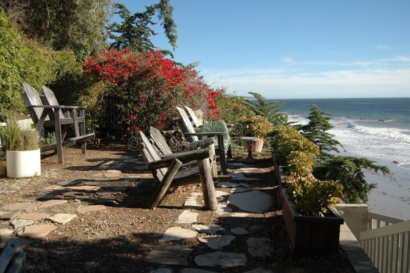 俯视海洋的木海滩睡椅 库存照片