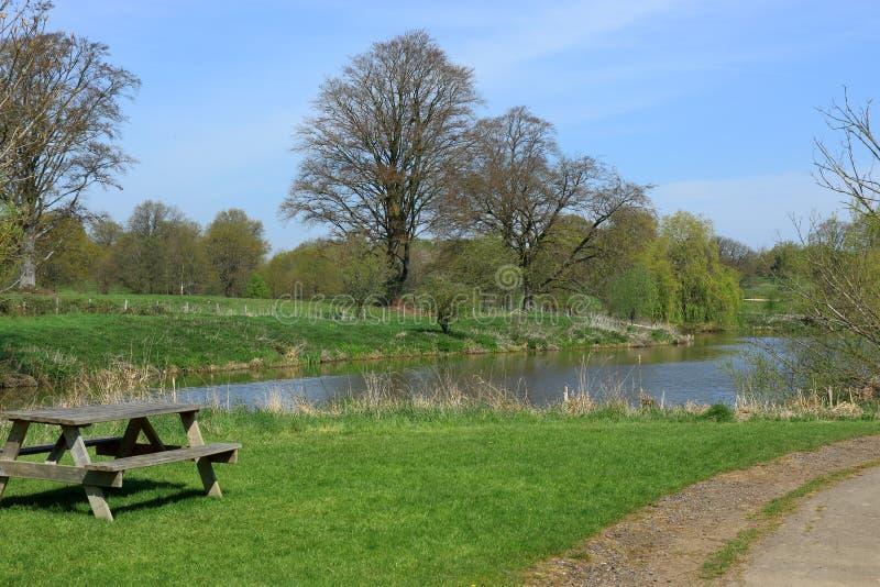 俯视湖的公园长椅在Hever 免版税库存图片
