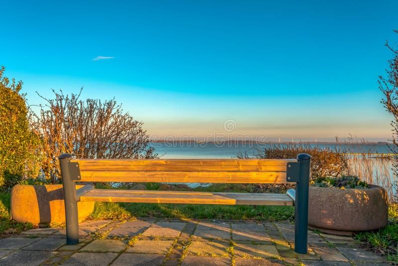 俯视湖的公园长椅 免版税库存照片