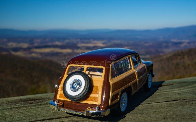 俯视申南多亚谷的1949年福特伍迪小型客车的比例模型 库存照片