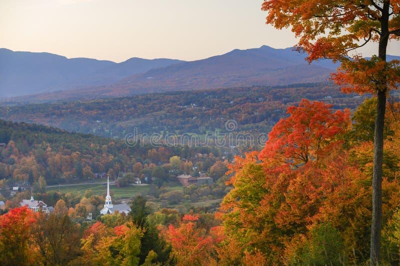 俯视的Stowe社区教会在秋天。 免版税库存图片