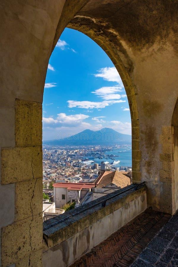 俯视那不勒斯和火山维苏威,意大利的风景岩石曲拱阳台 免版税库存照片