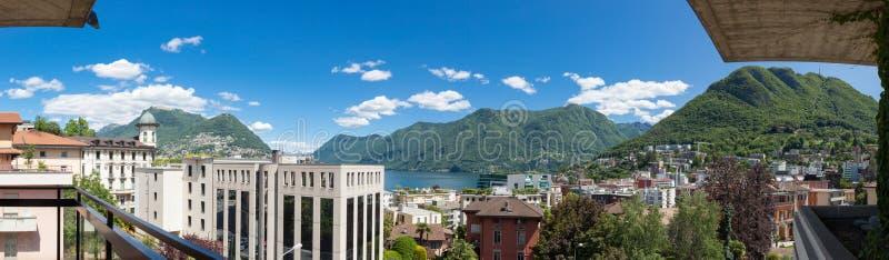 俯视镇和湖的阳台 库存图片