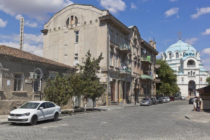 俯视Duvan的房子和圣尼古拉斯大教堂的夏天胡同风景在叶夫帕托里亚,克里米亚  图库摄影