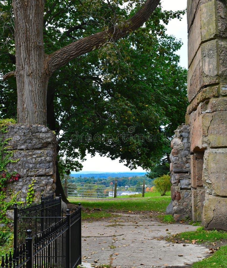 俯视Groton,马萨诸塞,密德萨克斯郡,美国的镇被放弃的石城堡 新英格兰秋天 免版税库存照片