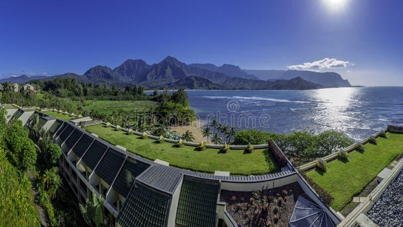 俯视Hanalei海湾和Na帕利海岸普林斯维尔考艾岛夏威夷美国的手段的全景 库存照片