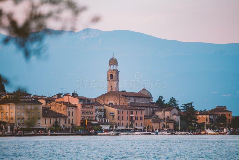 俯视Salo的镇加尔达湖 意大利 免版税库存照片