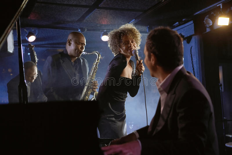 俱乐部的爵士乐音乐家 库存图片