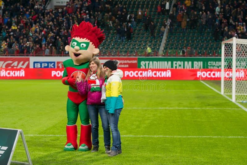 俱乐部Lokomotiv莫斯科的女孩爱好者在橄榄球场被拍摄 免版税库存照片
