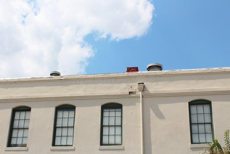 倍数paned沿一座商业办公楼的上面的窗口 库存图片