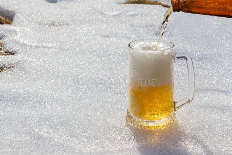 倒啤酒入玻璃 免版税库存照片