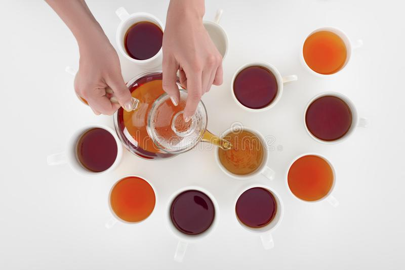倒在杯子的人播种的射击清凉茶 图库摄影