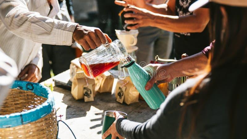 倒在温度瓶的人热的滴水咖啡其他的在Maejantai Akha村庄在小山的在Chiangmai 免版税库存图片