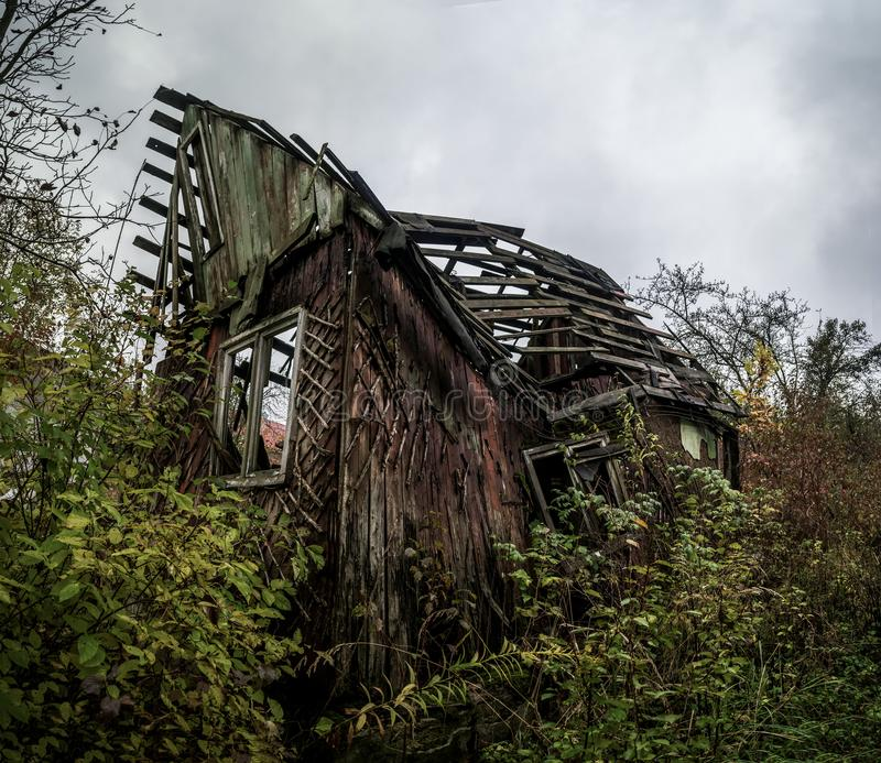 倒塌的国家木房子 免版税库存照片