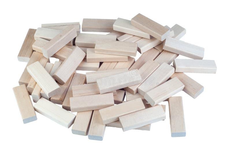 倒塌的木块在白色背景耸立隔绝 桌面比赛特写镜头 库存照片