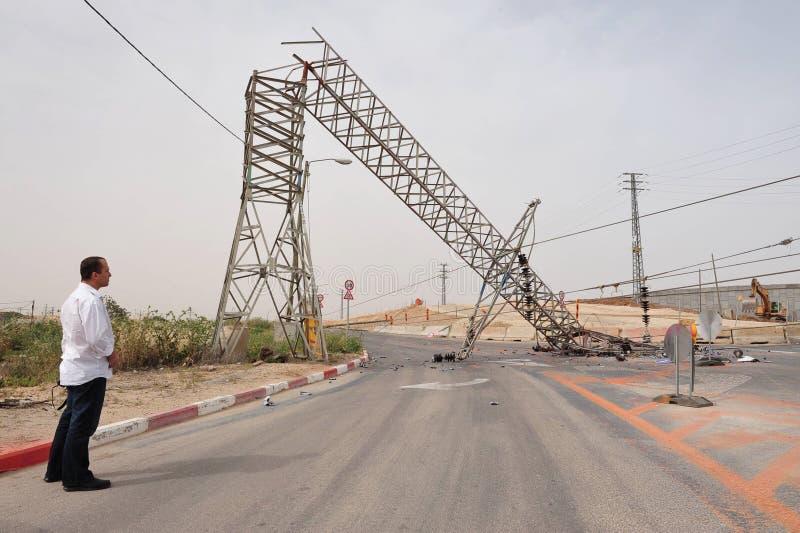 倒塌的顶上的输电线 免版税库存照片